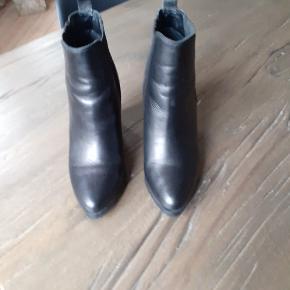 Desværre købt for store, men jeg var vild med dem, så skulle jo lige have dem på, men desværre. De er cool og meget behagelige at have på, og så giver de lidt ekstra højde 😀