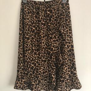 Sælges leopard nederdel i str 42 svare til str XL fra Only og den har aldrig været brugt. Kom med et bud.