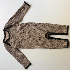 Buksedragt i sart rosa og sort. Mønster/print blomsterblade.