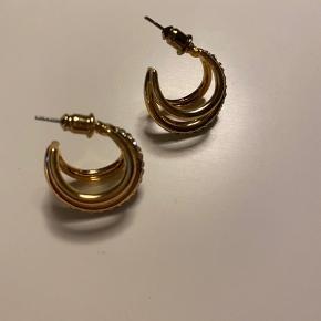 Guld øreringe med sten✨ aldrig brugt.