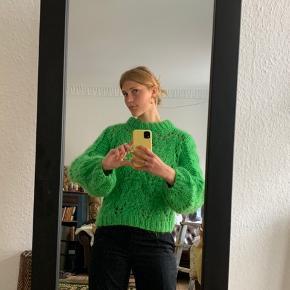 Den populære Ganni sweater i grøn💫  💚 Str. XS - men kan også sagtens passe en S 💚 50% mohair, 50% uld 💚 Fremstillet i Italien  Søgeord: Retro, Vintage, 00'er, 90'er, 80'er, 70'er, 60'er, secondhand, genbrug, lopper, lises retro og vintage garderobe