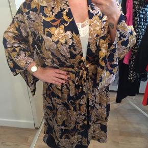 Overvejer at sælge min smukke kimono fra Neo Noir. Den er onesize.