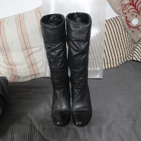 Varetype: Støvler Farve: Sort Oprindelig købspris: 1000 kr.  Lækre og bløde Rieker støvler i sort skind. Meget lækre at have på. Passer en normal str. 40. Brugt meget lidt.