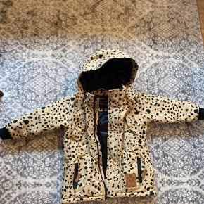 Lækker vinterjakke med leopardmønster og guldknapper. Aftagelig hætte. Næsten som ny. Str 92/98