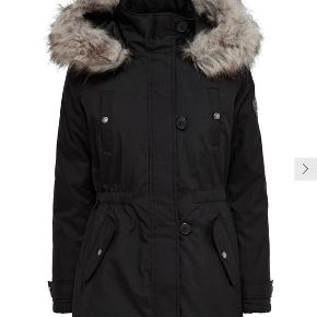 LANG PARKA ONLY - Vinterparka - Hætte med aftagelig kant i imiteret pels  - Skjult lukning foran  - Elastikkant indvendigt i taljen  - 2 forlommer med flapper  - Rib forneden på ærmerne  - Trykknapper på brystet  - Længde: 83 cm i størrelse S  - 100% Polyester - Maskinvask ved 30 °C - Må ikke bleges - Må ikke tørretumbles - Stryges ved lav temp. Højeste temp. 100 °C - Må ikke renses
