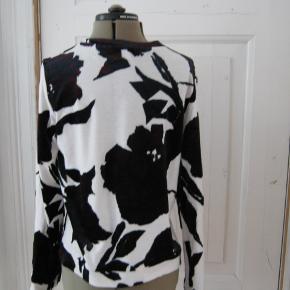 Varetype: Bluse Farve: Hvid/blå/bordeaux Oprindelig købspris: 700 kr. Prisen angivet er inklusiv forsendelse.  Længde:56 cm Brystmål: 92 cm  35 % Lyocell-35 % Bomuld-30 % Polyester
