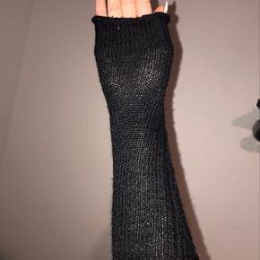 Aldrig brugte håndledsvarmer de er som nye og de har ingen pletter eller skader   Jeg er åbne for alle tilbud så skriv til mig;)
