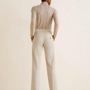 Sælger disse populære stribede bukser fra Mango, da jeg ikke får den brugt 😊  De er langt en smule op i længden, byd endelig