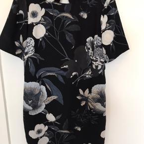 Lækker kjole med  blomster . Fra ikke-ryger hjem