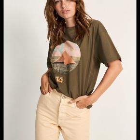 Har denne t-shirt og nederdel til salg. Begge er str xs og er blevet brugt få gange. 150kr for begge ting ellers byd😊 Afhentes i Aalborg c eller sendes på købers regning