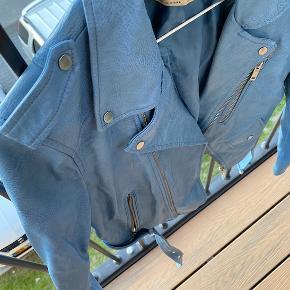 Rigtig fin blå imiteret læderjakke fra Zara