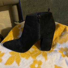 Sorte ankelstøvler med hæl Str. 36