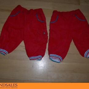 Brand: Me Too / Name It - Newborn Varetype: Bukser Farve: Rød  2 par bukser i fløjls.   De to røde bukser har tyrkis blonder ved lommerne. Har en lomme længere nede på det ene ben og 2 lommer bagpå.   De kan alle gøres størrer og mindre i taljen. De er bare super søde.    PRISEN ER PR. BUKS. PORTO KOMMER OVENI.
