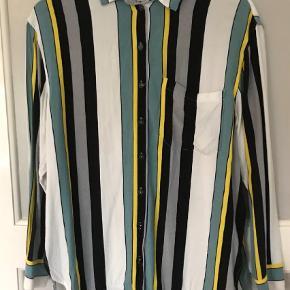 Varetype: Langærmet Farve: Multi Oprindelig købspris: 1100 kr.  Fin let oversize skjorte. Går lidt længere ned bagpå. Falder rigtig flot på. Brugt men er i pæn stand.