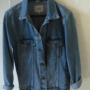 Brand: Wood Bird Varetype: Denimjakke Farve: Blå  Fed jakke kun brugt en gang  Ingen brugsspir