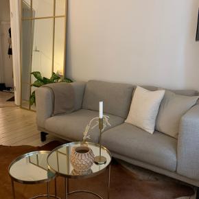 Flot og rummelig 2 personers sofa i beige fra IKEA. Mindre tegn på brug, men fremstår velholdt og næsten som ny. Betrækket er aftageligt.   Mål:  Bredde 2 m  Dybde 90 cm