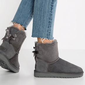"""Sælger mine sprøde UGG sko. De er blevet brugt, men fremstår stadig super pæne - derfor ligger de også i den gode ende af """"god men brugt"""" BYD"""