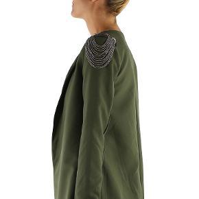 Fin jakke/blazer med detaljer på skulder.  Ny med mærkat. Restlager fra lukket webshop.
