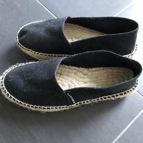Varetype: Sko Farve: Sort Prisen angivet er inklusiv forsendelse.  Disse så fine lærredssko med glimmer fra Amust er helt nye. De er kun prøvet indendørs men da jeg har MEGET smal fod,sidder de dårligt på min fod. De er sort med sort glimmer. De er bare så flotte.