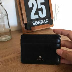 Rigtig fin Adax kortholder :)) Har været rigtig glad for den, da den er helt basic og i en god størrelse! :))  Spørg for flere billeder mm. :))