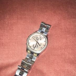 Marc Jacobs ur - købt i 2015 - brugt et par gange og uret har derfor også nogle overfladiske ridser, men det ser man ikke rigtig. Super god stand ellers!   Da uret ikke er brugt i 2 år skal batteriet  skiftes.   Nypris: ca. 1200 kr.  BYD!!