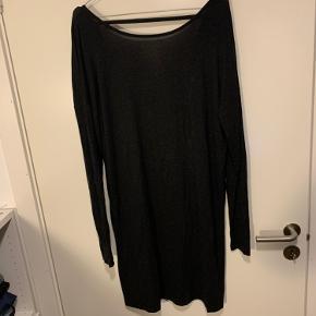 Fin mørkegrå/sort kjole med flot ryg. Fremstår fin på trods af brug🧡