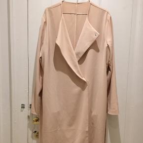 Fin mellemlang trenchcoat i lys Rosa fra Samsøe Samsøe. Kan knappes helt op eller være mere åben som en klassisk trenchcoat. Model Ria Long jacket 5830. Materiale: 95 % polyester, 5 % elasthan