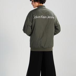 Fed Calvin Klein bomber jakke i khaki/army grøn! Det er en str Medium. Den er meget oversize.  Ville mene den kan passes af alt fra S-Xl, afhængigt af, hvordan man vil have den skal sidde.   Nypris var cirka 1.700kr. Sælger kun, hvis rette bud kommer😊 Bud starter fra 700kr.