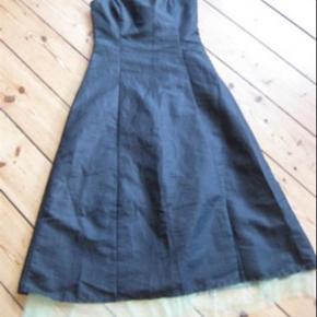 super flot kjole, lynlås bagpå og tynde stropper der kan reguleres i længden og tages af