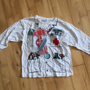 Sygeplejerske læge bluse  Bluse som uniform 6-8 år , undskyld den er krøllet 🙈. Ren bomuld.  Div skumlegetøj .  Det hele er som nyt   Udklædning kostume temafest fastelavn halloween   Sender gerne