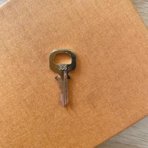 Nøgle nr 306 , fik dem sammen med en taske hvor de ikke passer til låsen