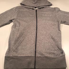 Sælger denne Adidas trøje i grå med gennemgående lynlås og stort mørkeblå print på det ene ærme :-)  Har aldrig været brugt :-)