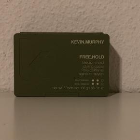Ny og uåbnet Kevin Murphy free hold voks.   Nypris: 208 kr.   Kevin Murphy FREE.HOLD er en stylingcreme, der har et medium hold og giver en naturlig glans. Det er en lækker cremevoks til alle hårtyper, men er specielt god til dig som ønsker et fyldigt look, da den virker fortykkende på hårståene. Den definerer håret og skaber bevægelse, og det medium hold i voksen gør, at man kan re-style håret hele dagen. Alle Kevin Murphy produkter er uden både parabener og sulfater.  Prisen er fast.   Bytter gerne