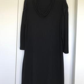 InFront. Helt sort. Med hængekrave. 95% viscosse, 5% elastan. Længde 100 cm, Bredde 53x2 cm.