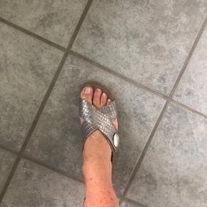 Skønne cashott sandaler str 41 Brugt 3 x  Indvendig sålmål 26  Svag guld Metalic