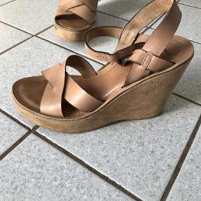 Varetype: wedges Farve: Beige/lys brun/sand Oprindelig købspris: 399 kr.  Sandal med kilehæl.