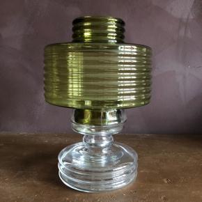 Smuk lanterne lampe fra Riihimäen lasi Finland  Skærm: grønt glas Fod: transparent glas  Stand : Fin uden skår eller revner