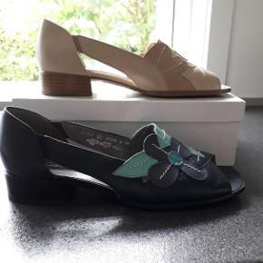 Smart sandal med lufthuller skoen er 100% læder. Bemærk: Den angivne pris er pr. sko. Den Beige har aldrig været dem Blå, måske en gang. Længde 26 cm. bredde 9 cm, på det bredeste sted på forfoden.