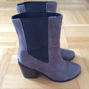 Jeg har fået disse fine støvler herinde, men overvejer videresalg, da de er lidt for store om mine smalle lægge. Str. 40. Farven er koksgrå og hælen måler 5,5 cm. inderst og 9 cm. yderst. Ingen slid eller mærker, de er helt vildt flotte 🙈