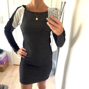 Langærmet kjole i grå, sort og hvid, sidder mega godt og er næsten ikke brugt.
