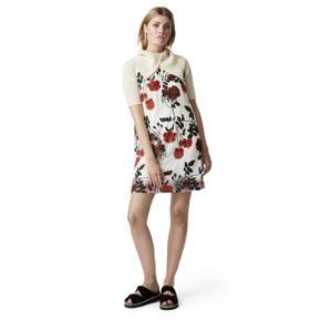 Sælger denne overdådige og romantiske kjole fra Ganni med broderede roser, så smuk!🌹 Str 38. Ny pris var 1800,-. Kjolen har en lille lynlås i nakken. Modellen er 175 cm høj og har en str s på. Jeg er selv 167 og kjolen går mig til midt på knæet. Kjolen har underkjoe i. Den er i 75% polyester, 25% polyamid.  Så står du lige og mangler den perfekte kjole?, kjolen der redder enhver lejligheden og som kan bruges året?, så er denne måske lige svaret ✨. #trendsalesfund