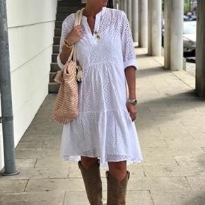 Absolut et MUST HAVE. Den fineste kjole fra Love&Divine, i et smukt broderi anglaise mønster i hvid og med feminine snit. 100% Viskose. Falder lidt længere bagpå, således at kjolen er længere bag til. Underkjole følger med kjolen. Nem at style både til hverdag og fest. Helt ny og med mærke på endnu💕🌸