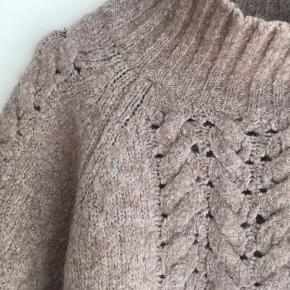 Smuk sweater i sandfarve. Størrelsen hedder xs/s