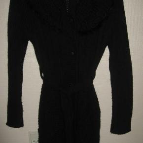 """Halvlang sort cardigan med """"pels"""" i kravekanten Cardigan Farve: Sort Oprindelig købspris: 500 kr."""