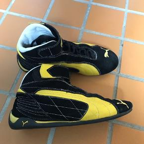 Max fede korte støvler i skind måler 24cm indvendigt. Brugt få gange indendørs til fitness og den flade sål gør den optimal til træning fx.  Sender pp med Dao