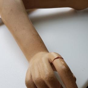 """Fed mannequin arm fra det københavnske mærke """" Hindsgaul """" der stod for produktionen af mannequiner i alle afskygninger. Har en skade på pegefingeren. Fed til dekoration eller hæng den på væggen som taskeholder? 😁"""