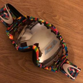 Oakley Crowbar i mangefarvet design. Brugt men stadig i perfekt stand. Kommer med linse til både sol og en til overskyet. Pris 400 kr.
