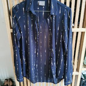 Skjorten er aldrig brugt da den er købt for lille. Med skjulte knapper. Kan afhentes i Odense eller sendes. Stoffet er gennemsigtigt.