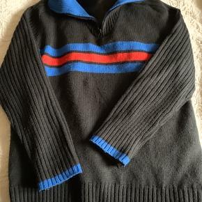 """Sort trøje m/ striber """" blå/rød"""" med vandafvisende foer. Står str : XL  Men mere en M/L  Brugt få gange, og er i pæn  stand. Pris: 50 kr"""