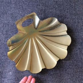 Fint lille fad, skål, bakke, fejebakke, formet som en musling. Trænger til en pudsning. 24x23 cm.  Messing, guld, retro, vintage.  Skål Farve: Guld